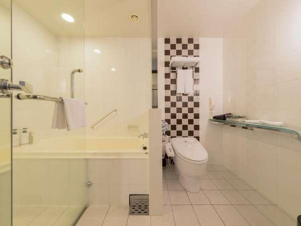 【バスルーム】スーペリアツイン、トリプルのバスルームはシャワーブース付。