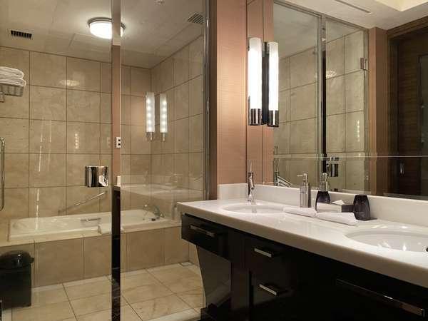 【スイートルーム】バスルームはセパレートタイプ。ごゆっくりお寛ぎいただけます。