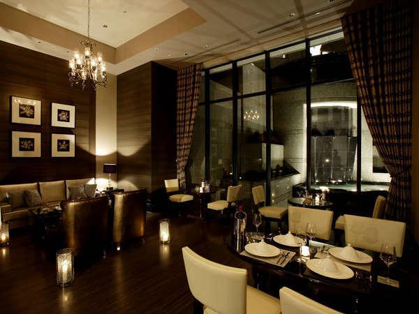 【ラウンジ クオーレ】ディナーはこちらでご用意。モダンJAZZが流れキャンドルライトが上品な大人の空間。