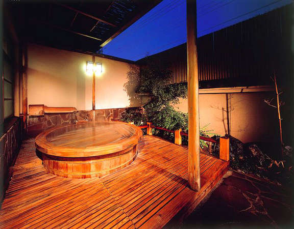 【露天風呂】とろみのある泉質は日頃の疲れを癒してくれます。写真は男性露天風呂。