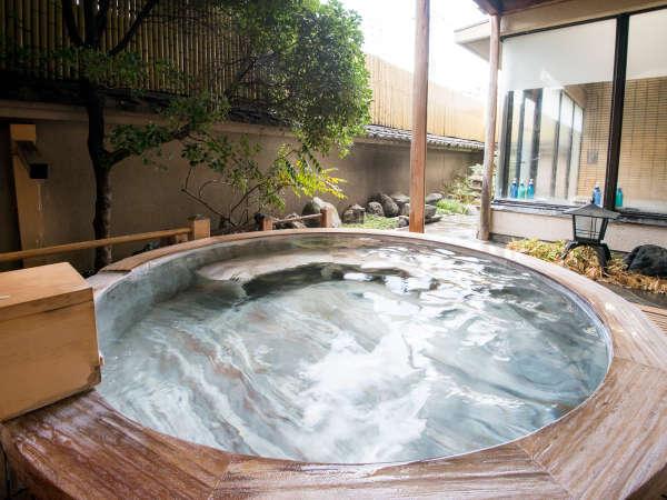 【露天風呂】丸造りの檜浴槽。檜の香りに包まれ、石和のお湯に。ほっと安らぐ時間を♪