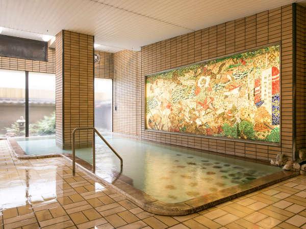 【大浴場】泉質はアルカリ性単純泉で、神経痛や慢性消化器病などに効能あり。