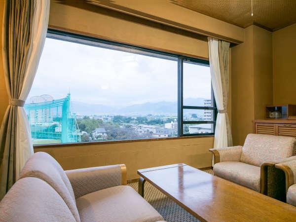 【ゆったり広々♪グレードアップ和室12畳】人気の最上階客室。大きいな窓からの眺めは開放感いっぱい。