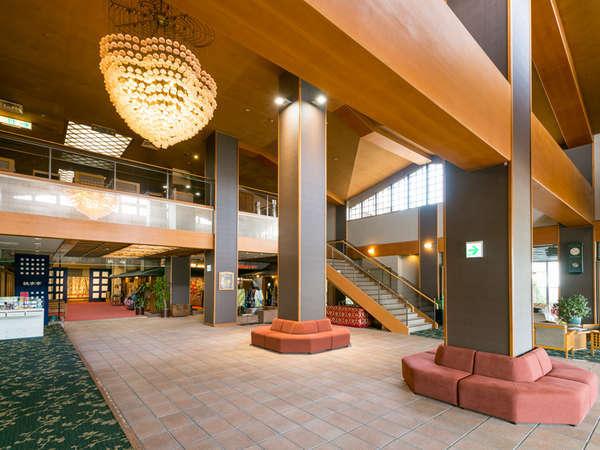 【2018年春にリニューアル】明るく開放的なフロントがお客様をお出迎え。落ち着いた空間で一休み♪