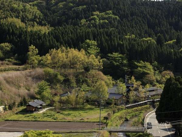 【全景】山と川とに囲まれた、華匠庵です。本当に静かです。