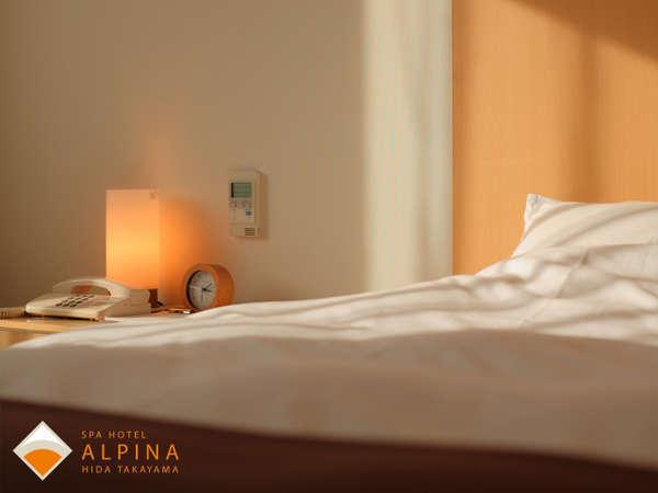 140cm幅の広々ベッドは、寝心地もバッチリ。ぐっすり眠れると好評です。