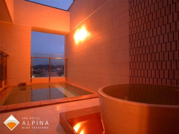 露天風呂には、自家源泉100%・かけ流しのつぼ湯も。飛騨高山の夜景と共にお楽しみください。