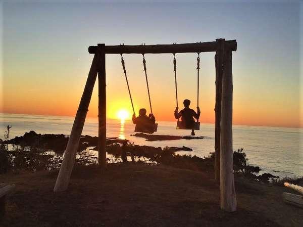 吾妻スタッフ手作りの木製ブランコで日本海に溶ける夕陽をお楽しみください