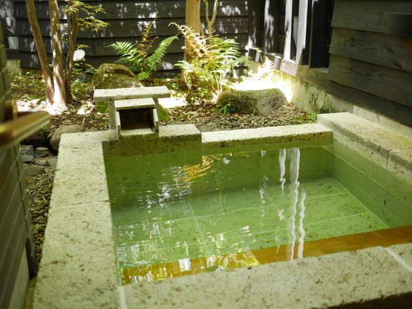 【Aタイプ】露天風呂を完備しています。神の湯を源泉かけ流しで、たっぷりご堪能ください。