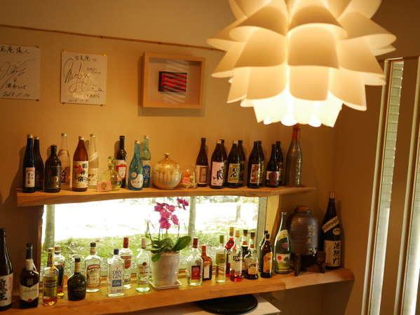 バーには、たくさんの種類のお酒をご用意。お酒を交わしながら非日常を満喫。