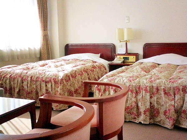 【ツインルーム】 応接セットもある広々としたツインルームです。