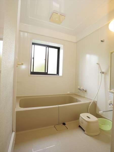 各部屋には綺麗な白を基調にしたユニットバスがあります。トイレとは別々です