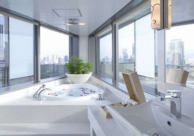 大阪の摩天楼が広がるバスルーム