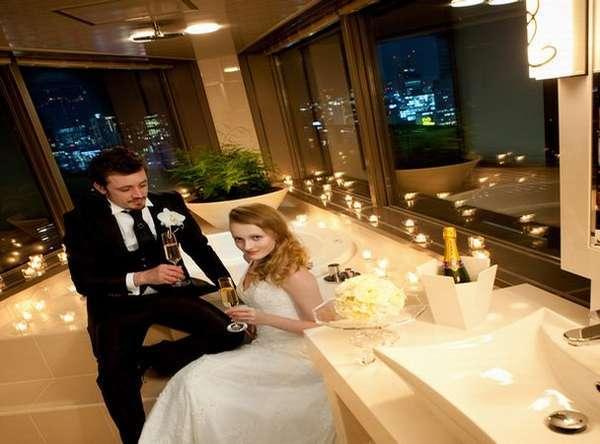 スイートルームエヴァーホワイトのバスルームからは梅田の夜景を一望できる※こちらはイメージです