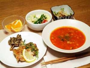 夕食一例。道内産チキンソテーと主に富良野産野菜を使用したミネストローネです。