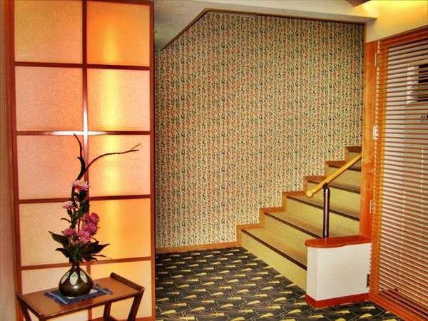 旧館玄水亭にはエレベーターがございません。2階まで階段をご利用いただきます。