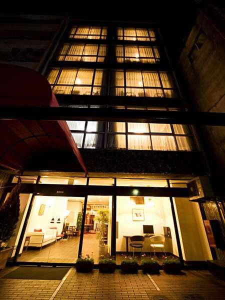 徳島の中心、歓楽街の入り口に立地しており、観光にとても最適です。