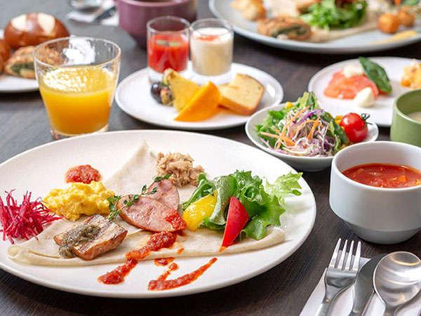 【朝食】「北海道まるごとがぶり」をテーマに、新鮮な野菜、肉、魚をお楽しみください。