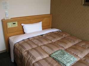 ☆シングルルーム。ベッドは140cm幅のセミダブルの物を使用。