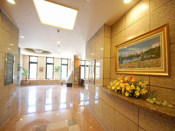 ☆エレベーター前の大きな絵が皆様をお出迎え致します。