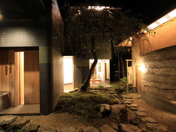 夜は幻想的な灯りに包まれて。男女入替制の「木風呂」貸切風呂「岩風呂」