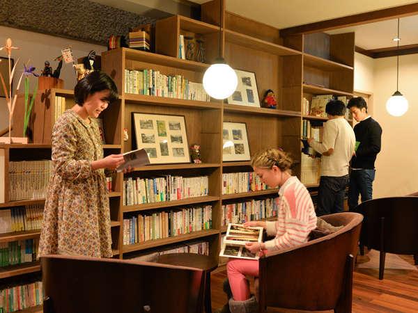 ●読書ラウンジ 木々の香りが心地よいカフェスタイルの読書ラウンジへとリニューアルいたしました。