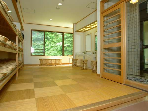 女性用露天風呂付き大浴場(脱衣場)。客室にあるタオル・バスタオルをお持ちください。