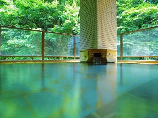 洞窟から引き湯している「つや肌の湯」。一條の森の四季を感じることのできる露天風呂。