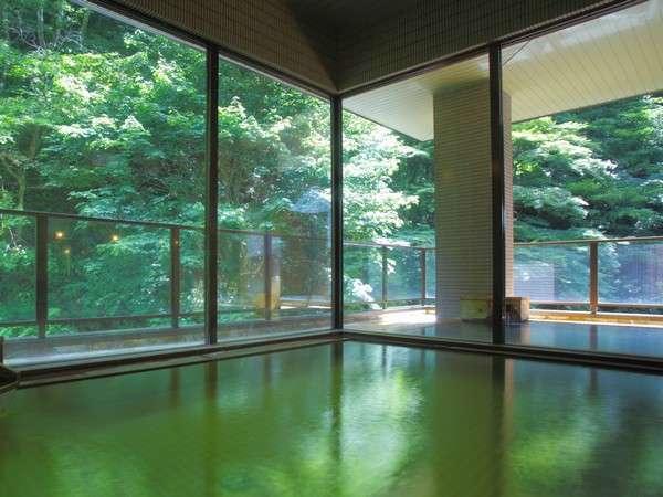 女性用の露天風呂付き大浴場。森の中の温泉。森林浴を楽しみながら湯浴みを楽しむ。