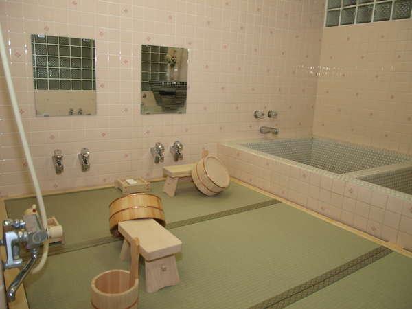 決して広くはありませんが、足元も安心。畳のお風呂で旅の疲れを癒します。