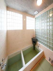 浴槽は大きな方と小さなな方に分かれています。安心して入浴していただこうと足元は畳です。