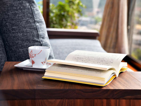 心地よい風が吹き抜ける高台の客室で読書なんていかが?