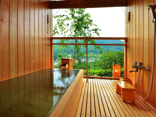 7.5畳離れ客室の檜の露天風呂