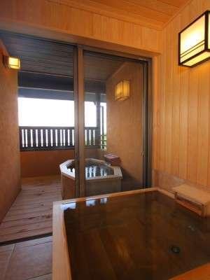 離れ貴賓室(朔月)の露天風呂&展望内湯風呂※朔月専用露天は現在、石造りに一新されました
