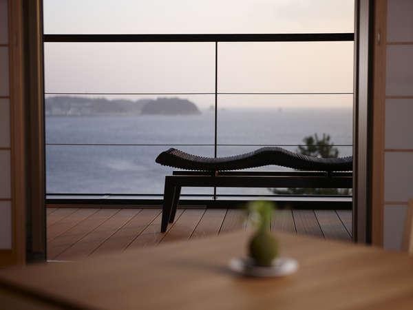 寝ころんでも目の前に絶景が広がる、全室露天風呂付き客室