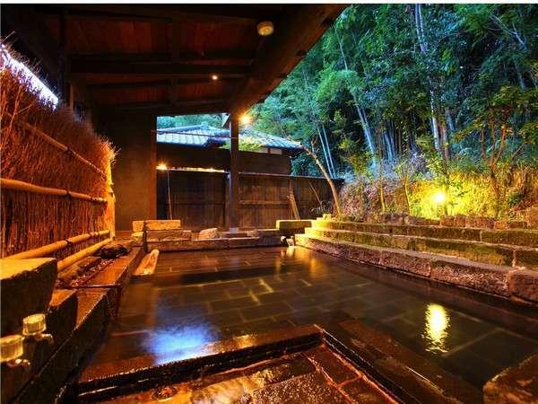 【大浴場】半露天風呂は四季を感じていただけるよう、あえてむき出しの山肌に設置しました