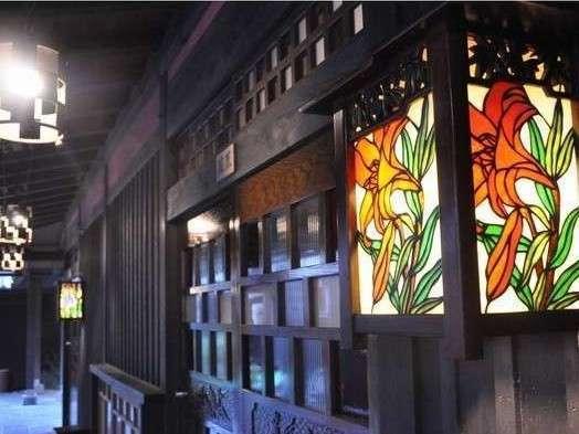【館内】夕暮れ時になると館内のステンドグラスにあたたかい灯りがともります