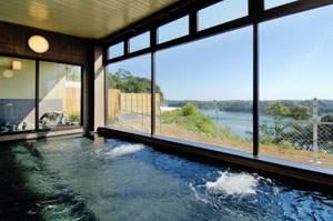 【大浴場】旅情をかきたてる的矢湾の眺めとともに、お楽しみください。