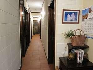 廊下とパブリックスペースの床は気持のいいテラコッタタイル