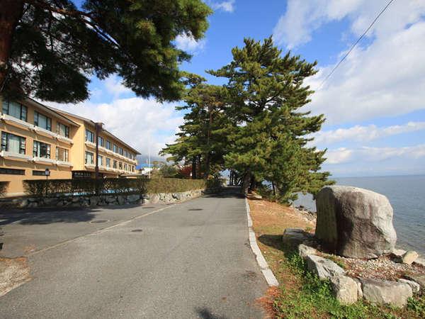 施設外観。琵琶湖に面した湖畔の宿です。