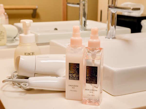 *【貸切風呂(脱衣所)】化粧水などもご用意しております。ご自由にお使いください。