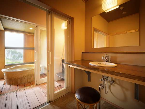 【本館・たろうの庵/8帖+6帖】 客室風呂にはシャワーもついております。※当館は温泉ではございません