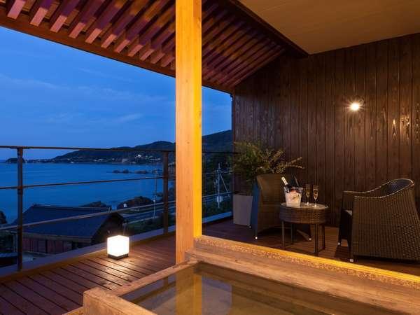 高台から見下ろす日本海が一望できる2階客室の露天風呂