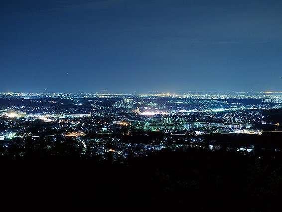【当宿からの景観】明石海峡大橋や関西空港の夜景が広がる360℃パノラマ展望室。