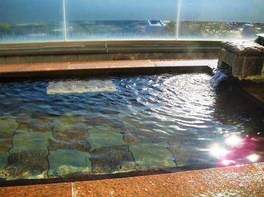 【露天風呂】のどかな田園風景と金剛・葛城山を一望できる開放的な露天風呂が自慢