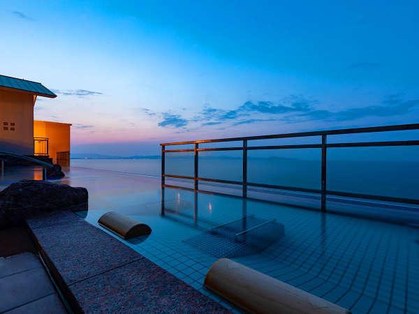 インフィニティ天空露天風呂は夕日が落ち天空る時間が一番幻想的