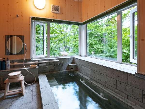 十和田石をふんだんに使った浴室。温まる天然温泉です。