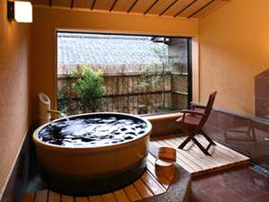 お子様連れの方も入って頂ける少し広めの貸切風呂です。こちらも城崎の温泉です。陶器風呂『月』1650円