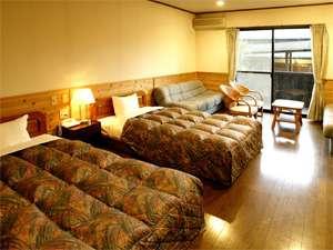 <1号棟>広めの洋室には、ゆったりとお休み頂ける、セミダブルベッドを2台。