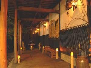竹灯篭の灯りに包まれる回廊